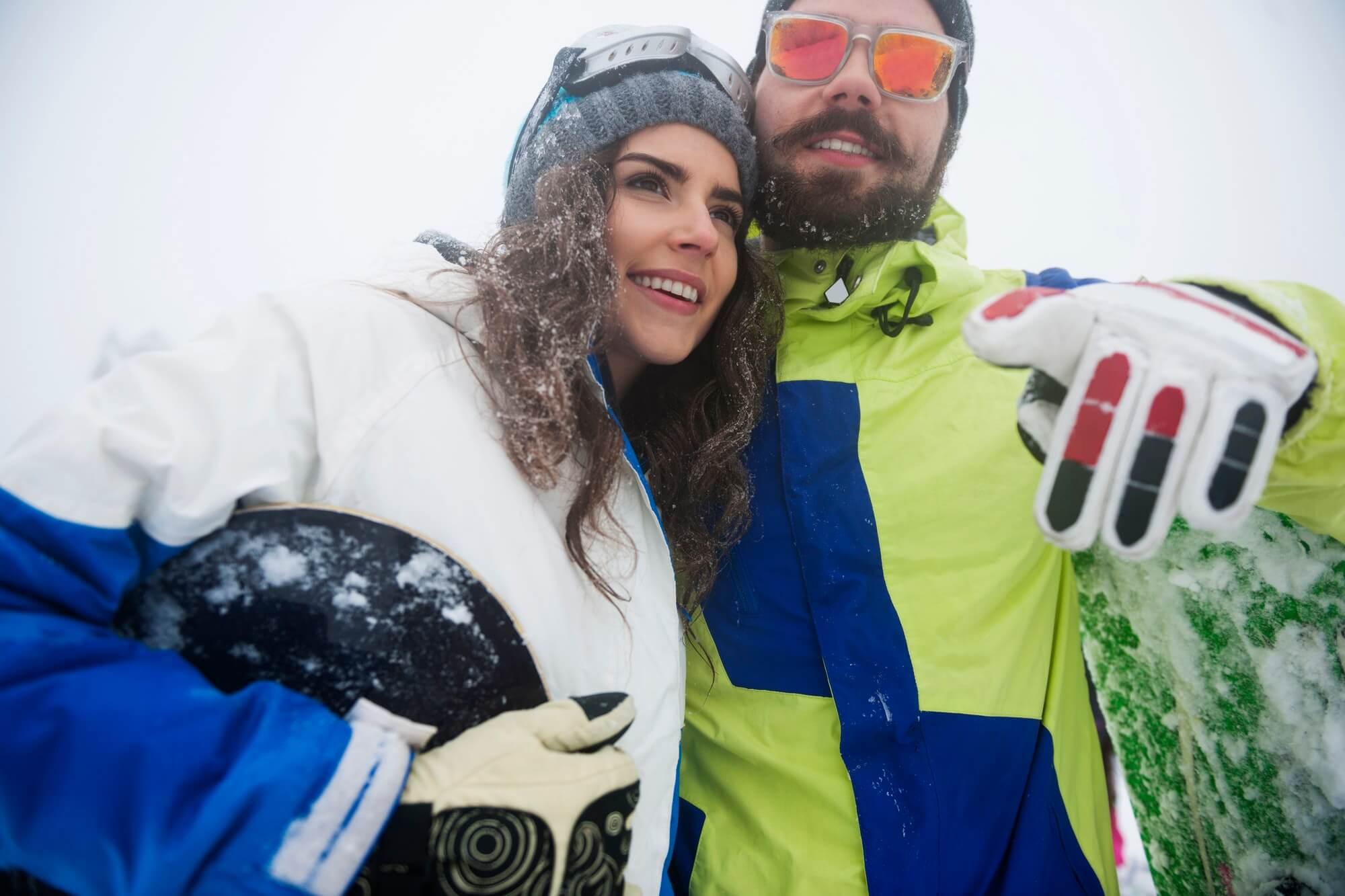 Par som åker skidor i Norrland